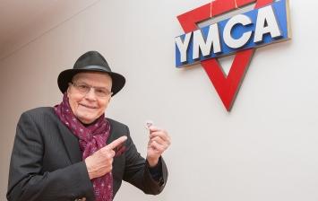 1_Jan Přeučil se znakem YMCA a svým odznáčkem YMCA který má stále na pracovním stole_foto Jana Pertáková pro YMCA_repro zdarma